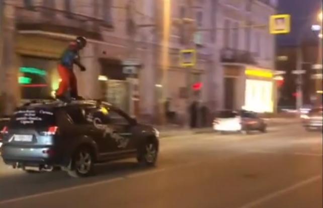 В Иркутске полицейские привлекли к ответственности водителя, перевозившего на крыше автомобиля сноубордиста
