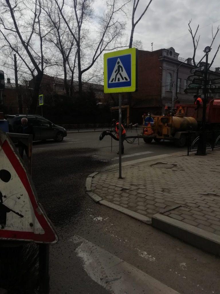 В Иркутске на проезжей части улиц продолжается ямочный ремонт