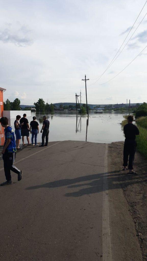 Участок трассы Р-255 в городе Тулуне Иркутской области безнадежно перекрыт стремительным водным потоком