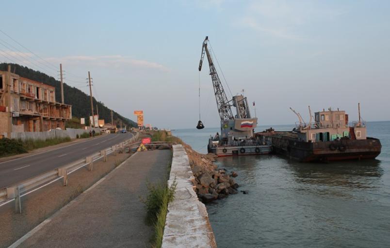 В поселке Листвянка выполняется ремонт подпорной стенки автодороги
