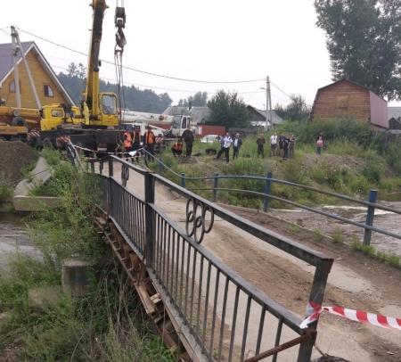 В поселке Копай в Иркутске демонтируют мост через реку Ушаковку