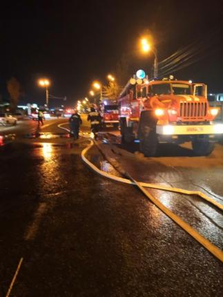 Последствия двух крупных пожаров ликвидируют пожарные Иркутска