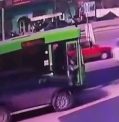 В Иркутске на улице Трактовой внедорожник сбил молодого человека вышедшего из автобуса, но виноват в этом не водитель внедорожника
