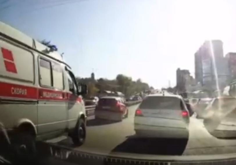 По видеозаписи из сети интернет привлекли к ответственности водителя не уступившего дорогу машине скорой помощи