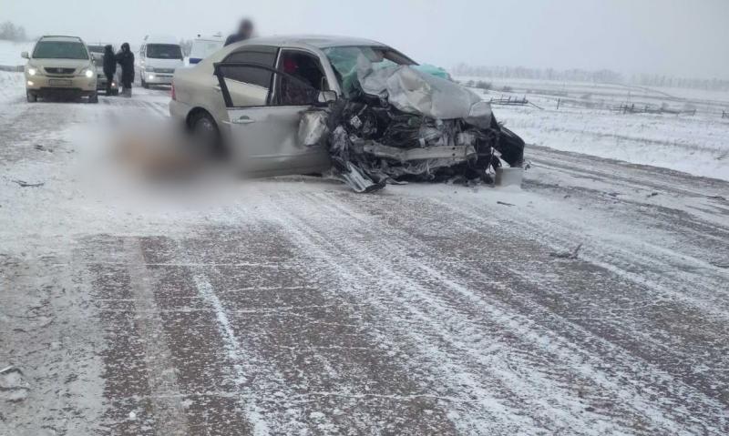В Иркутской области водитель погиб при лобовом столкновении автомашин
