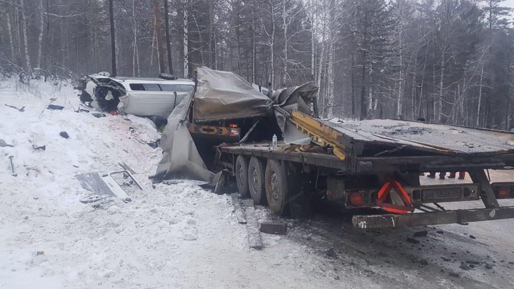 В Шелеховском районе при столкновении микроавтобуса и «большегруза» погиб человек