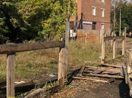 В Октябрьском округе Иркутска демонтируют самовольно установленные заборы
